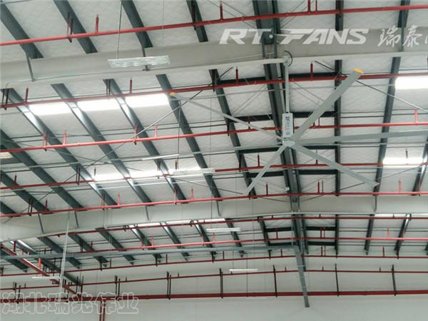 瑞泰风澳门英皇官网,瑞泰风工业大吊扇,瑞泰风大型澳门英皇官网,大风扇通风降温效果,大风扇通风降温功效,高大铁皮钢结构厂房通风降温用大风扇